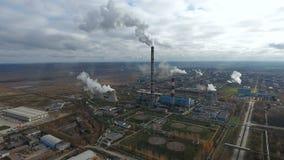 Εναέριο πέταγμα πέρα από τη βρώμικη περιοχή εξάτμισης Βαριά περιοχή εργοστασίων βιομηχανίας, καπνός από τις καπνοδόχους φιλμ μικρού μήκους