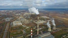 Εναέριο πέταγμα πέρα από τη βρώμικη περιοχή εξάτμισης Βαριά περιοχή εργοστασίων βιομηχανίας, καπνός από τις καπνοδόχους απόθεμα βίντεο