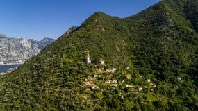 Εναέριο παλαιό εγκαταλειμμένο χωριό στα βουνά Χωριό Gornji Stoliv, κόλπος Kotor, Μαυροβούνιο Στοκ φωτογραφίες με δικαίωμα ελεύθερης χρήσης