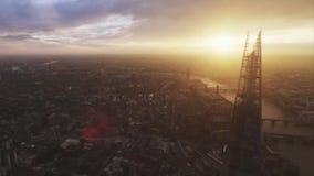 Εναέριο πανόραμα κηφήνων στο φωτεινό ηλιοβασίλεμα πέρα από τη σύγχρονη αρχιτεκτονικής εικονική παράσταση πόλης περιοχής του Λονδί φιλμ μικρού μήκους