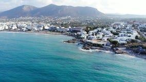 Εναέριο πανόραμα στην μπλε θάλασσα και την παραλία, Κρήτη, Ελλάδα φιλμ μικρού μήκους