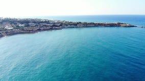 Εναέριο πανόραμα στην μπλε θάλασσα, την ακτή και το ακρωτήριο, Κρήτη, Ελλάδα απόθεμα βίντεο