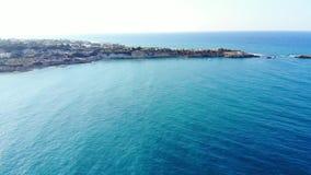 Εναέριο πανόραμα στην μπλε θάλασσα, την ακτή και το ακρωτήριο, Κρήτη, Ελλάδα φιλμ μικρού μήκους
