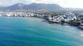 Εναέριο πανόραμα στην μπλε θάλασσα, την παραλία, τα ξενοδοχεία και τα βουνά, Κρήτη, Ελλάδα φιλμ μικρού μήκους