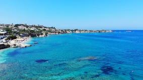 Εναέριο πανόραμα στην παραλία, την μπλε Μεσόγειο και τη λιμνοθάλασσα, Κρήτη, Ελλάδα φιλμ μικρού μήκους
