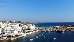 Εναέριο πανόραμα στην πόλη παραλιών, μπλε λιμάνι με τα επιπλέοντα γιοτ απόθεμα βίντεο