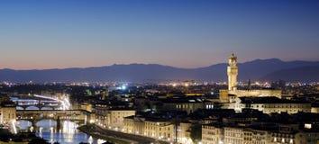 Εναέριο πανόραμα της πόλης της Φλωρεντίας, του ποταμού και Ponte Vecchio Arno στο ηλιοβασίλεμα Στοκ Φωτογραφίες