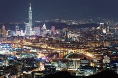 Εναέριο πανόραμα της στο κέντρο της πόλης Ταϊπέι τη νύχτα με την άποψη των γεφυρών πέρα από τον ποταμό Keelung Στοκ Εικόνα