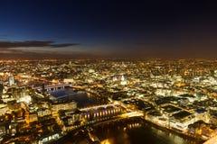 Εναέριο πανόραμα του Λονδίνου κατά τη διάρκεια της μπλε ώρας Στοκ Φωτογραφία