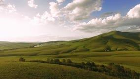 Εναέριο πανόραμα των καταπληκτικών πράσινων λόφων και του ηλιοβασιλέματος βουνών απόθεμα βίντεο