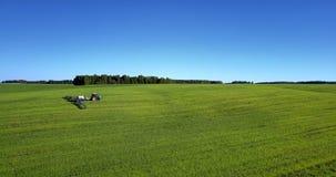 Εναέριο πράσινο τοπίο άποψης με τη γεωργική μηχανή απόθεμα βίντεο