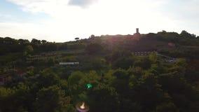 Εναέριο πυροβοληθε'ν, πανέμορφο κλασικό μικρό ιταλικό χωριό στο λόφο flyover, στη μέση της πράσινης φύσης φιλμ μικρού μήκους