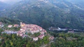 Εναέριο πυροβοληθε'ν, πανέμορφο κλασικό μικρό ιταλικό χωριό στο λόφο flyover, στη μέση της πράσινης φύσης απόθεμα βίντεο