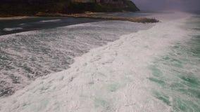 Εναέριο σε αργή κίνηση μήκος σε πόδηα κηφήνων των ωκεάνιων κυμάτων που σπάζουν πριν από την ακτή Μπαλί Ινδονησία απόθεμα βίντεο