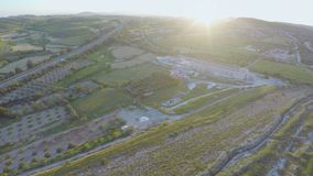 Εναέριο τηγάνι των εγκαταστάσεων στην αγροτική περιοχή Καταπληκτικό πράσινο τοπίο καλλιεργημένα πεδία απόθεμα βίντεο