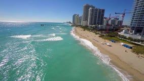 Εναέριο τηλεοπτικό ηλιόλουστο ΛΦ παραλιών νησιών απόθεμα βίντεο