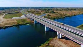 Εναέριο τοπίο γεφυρών Εναέρια οδική γέφυρα Δρόμος εθνικών οδών επάνω από τον ποταμό φιλμ μικρού μήκους