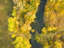 Εναέριο τοπίο πανοράματος του δάσους φύσης με τον ποταμό στο ηλιοβασίλεμα φ στοκ φωτογραφία