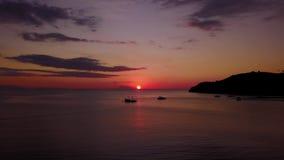 Εναέριο τοπίο του ηλιοβασιλέματος σε Labuan Bajo απόθεμα βίντεο