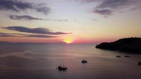 Εναέριο τοπίο του ηλιοβασιλέματος στη θάλασσα απόθεμα βίντεο