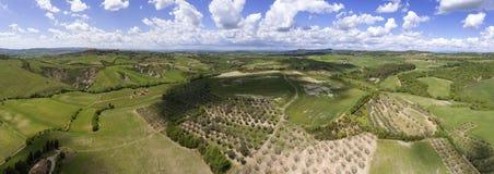 Εναέριο τοπίο χωρών λόφων καλλιεργήσιμου εδάφους πανοράματος της Τοσκάνης Στοκ Φωτογραφία