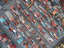 Εναέριο τοπ εμπορευματοκιβώτιο άποψης στην αποθήκη εμπορευμάτων λιμένων που περιμένει την εξαγωγή Στοκ εικόνες με δικαίωμα ελεύθερης χρήσης