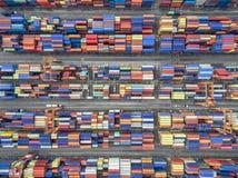 Εναέριο τοπ εμπορευματοκιβώτιο άποψης στην αποθήκη εμπορευμάτων λιμένων που περιμένει την εξαγωγή στοκ φωτογραφία