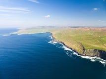 Εναέριο τουριστικό αξιοθέατο επαρχίας της Ιρλανδίας στη κομητεία Clare Οι απότομοι βράχοι Moher και Burren Ιρλανδία Στοκ φωτογραφίες με δικαίωμα ελεύθερης χρήσης