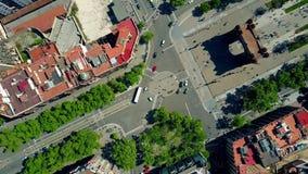 Εναέριο χρονικό σφάλμα: Arco de Triunfo - θριαμβευτική αψίδα κατά τη τοπ άποψη της Βαρκελώνης, Ισπανία 4k συνδετήρας Στοκ Εικόνες