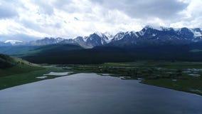 Εναέριο flythrough της όμορφων λίμνης και των βουνών εναέριο σε αργή κίνηση 4k φιλμ μικρού μήκους