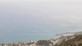 Εναέριο panrama στο χωριό θάλασσας και seascape βραδιού, Keratokampos, Κρήτη φιλμ μικρού μήκους