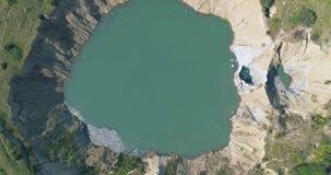 Εναέριο wiev: Εμβυθίσεις ενός μεγάλες καρστ λόγω των καταδυμένων αλατισμένων ορυχείων απόθεμα βίντεο