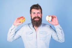 εναλλακτική λύση υγιής Μήλα στην υγιή εναλλακτική λύση και των δύο χεριών Να κάνει δίαιτα υγειονομικής περίθαλψης διατροφή βιταμι στοκ φωτογραφία