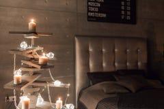 Εναλλακτικό ξύλινο χριστουγεννιάτικο δέντρο Ένα χειροποίητες χριστουγεννιάτικο δέντρο και μια λάμπα φωτός στο πάτωμα στο δωμάτιο στοκ εικόνα