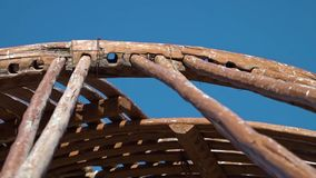 Εναρμόνιση των ξύλινων πόλων στις τρύπες του πλαισίου φιλμ μικρού μήκους