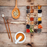 Εναλλακτικά ξηρά διάφορα κινεζικά χορτάρια υγειονομικής περίθαλψης στο ξύλινο BO Στοκ Εικόνες