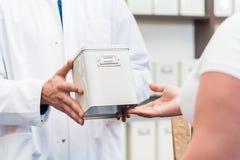Εναλλακτικά φάρμακα αγορών γυναικών στο βοτανολόγο στοκ φωτογραφία με δικαίωμα ελεύθερης χρήσης