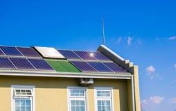 εναλλακτική αρχιτεκτονικής έννοιας προστασία εικόνας σπιτιών ενεργειακού περιβάλλοντος πράσινη που σώζει τα ηλιακά θέματα Στοκ Εικόνα