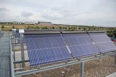 εναλλακτική ενέργεια Οι ηλιακοί συσσωρευτές 1 Στοκ Φωτογραφία