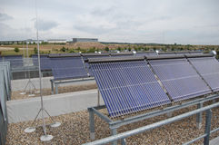 εναλλακτική ενέργεια Οι ηλιακοί συσσωρευτές 2 Στοκ εικόνα με δικαίωμα ελεύθερης χρήσης