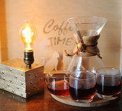 Εναλλακτική παρασκευή καφέ στο φίλτρο Κούπες γυαλιού Επιτραπέζιος λαμπτήρας με το βολβό του Edison στοκ φωτογραφίες