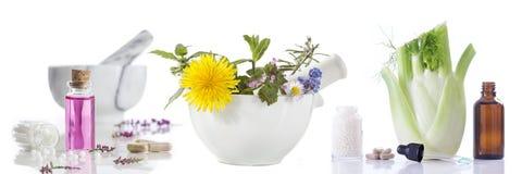 Εναλλακτικοί φρέσκοι βοτανικός υγειονομικής περίθαλψης και μπουκάλι aromatherapy στο κονίαμα Στοκ Φωτογραφία