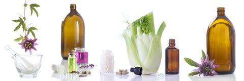 Εναλλακτικοί φρέσκοι βοτανικός υγειονομικής περίθαλψης και μπουκάλι aromatherapy στο κονίαμα Στοκ φωτογραφίες με δικαίωμα ελεύθερης χρήσης