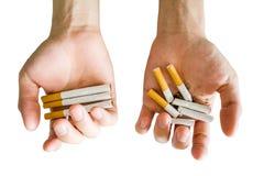 Εναλλακτικό πλήρης ή σπάσιμο τσιγάρων λαβής χεριών Στοκ Φωτογραφίες