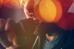 Εναλλακτικό τραγούδι τραγουδιού τραγουδιστών μουσικής ροκ στο μικρόφωνο Στοκ Φωτογραφία