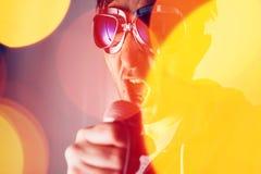 Εναλλακτικό τραγούδι τραγουδιού τραγουδιστών μουσικής ροκ στο μικρόφωνο Στοκ εικόνα με δικαίωμα ελεύθερης χρήσης