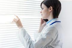 Ενδιαφερόμενος στοχαστικός γιατρός γυναικών στοκ εικόνες