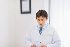 ενδιαφερόμενο ιατρικό πορτρέτο γιατρών Στοκ εικόνα με δικαίωμα ελεύθερης χρήσης