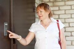 ενδοσυνεννόηση σπιτιών που χρησιμοποιεί τη γυναίκα Στοκ Εικόνες