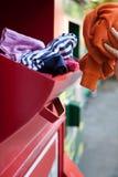Ενδύματα ανακύκλωσης γυναικών στην τράπεζα ιματισμού Στοκ εικόνα με δικαίωμα ελεύθερης χρήσης